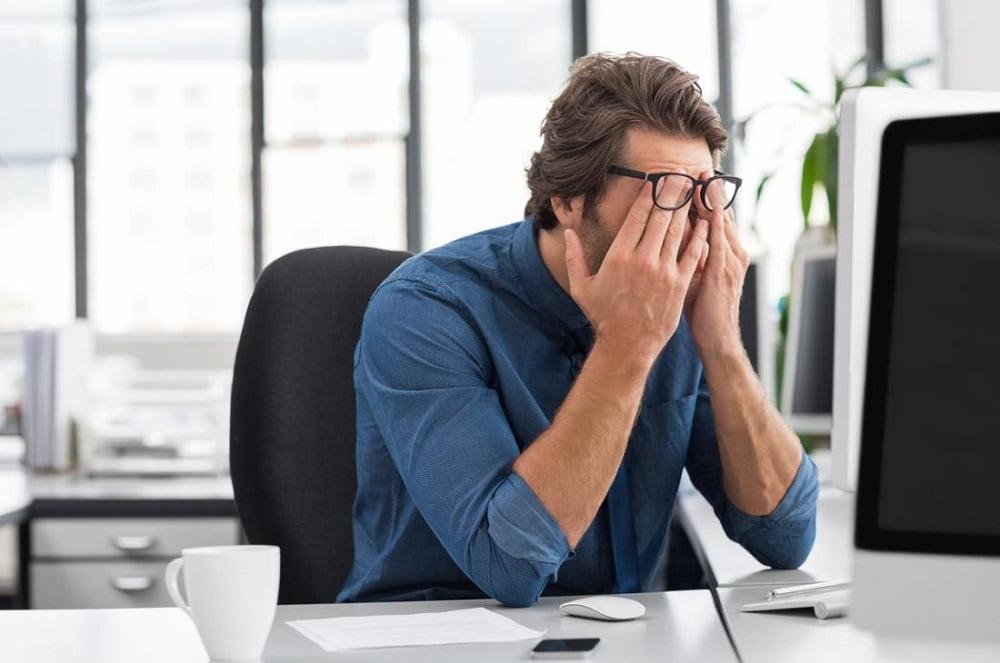 Длительное пребывание за компьютером не лучшим способом отражается на нашем здоровье. Это сказывается не только на ухудшении зрения, головных болях и изменениях в осанке, но проявляется и в дряблости, сухость кожи, появлении морщин.