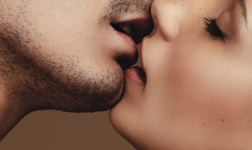 Все, наверное, слышали про то, что поцелуи бывают разными и по-разному называются. Французский поцелуй - это глубокий оральный контакт «язык -гланды». Постарайтесь сначала сглотнуть и не заталкивайте ваш язык в глотку вашему партнеру. Увлекаясь французским поцелуем, помните, что рты, как и другие части тела, любят наслаждаться разнообразием.