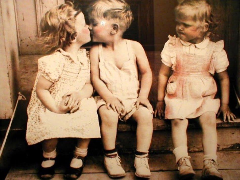 Капризы, агрессия, раздражительность у ребенка – это признаки ревности. Детская ревность, как правило, начинает проявляться тогда, когда в семье появляется младший ребенок. Но и родителям одного ребёнка часто приходится сталкиваться с этой проблемой. Например, когда в гости приходит другой ребёнок, которому начинает уделяться больше внимания, чем своему.