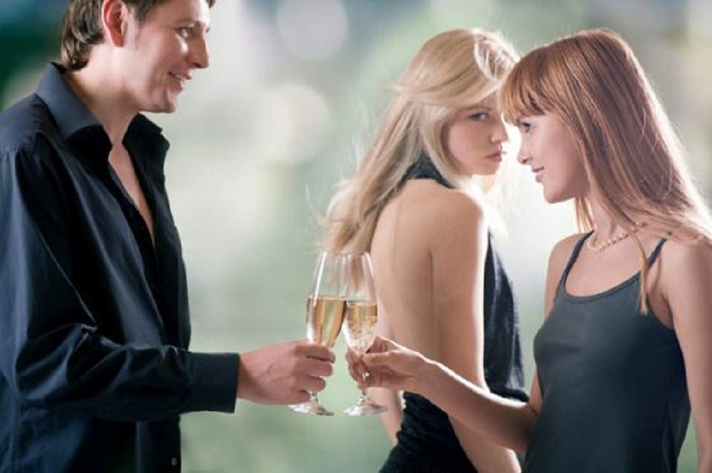 Как известно – где ревность там и любовь. О природе ревности спорят на протяжении всей истории человечества. Кто-то уверен, что если ревнует – значит, любит. Другие уверены, что ревность – это одна из сторон человеческой неполноценности, третьи уверены, что именно ревность освежает отношения.