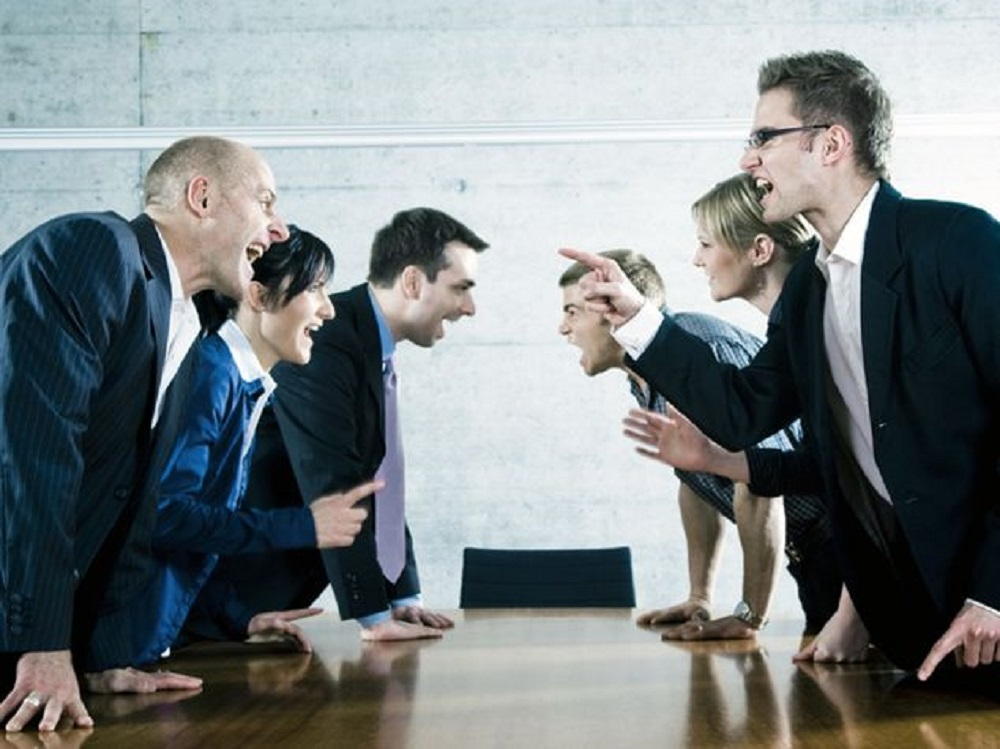 В крайне поляризованных социальных системах, внутренние конфликты разных типов накладываются друг на друга.