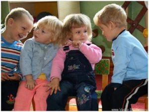 Уже в дошкольном возрасте у детей возникает потребность общения со сверстниками, на ход которого не влияют взрослые. Любая точка зрения сверстников не совпадающая с точкой зрения ребёнка выслушивается им и тщательно обдумывается.