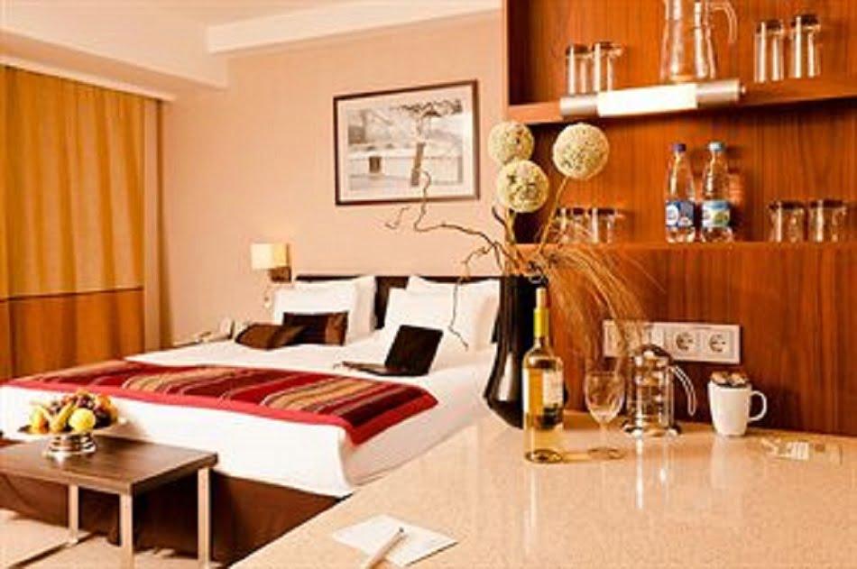 Каждый из нас хотя бы раз в своей жизни пользовался услугами гостиниц, готелей или отелей. Поэтому все мы не по наслышке знаем, что «дом» с меблированными апартаментами и разнообразным комплексом услуг предназначается для отдыха и проживания всех желающих.