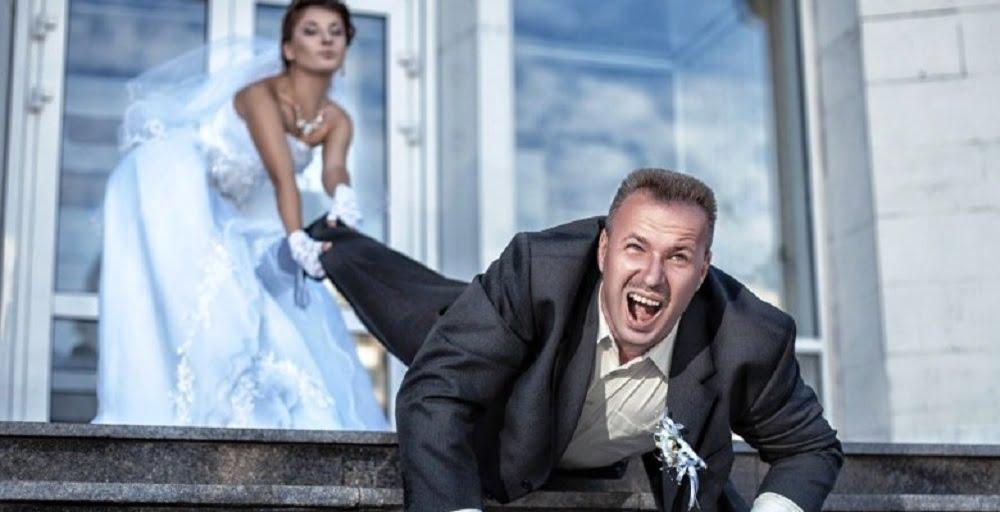 Оказывается, что выйти замуж и построить отношения – это совершенно разные вещи. Большинство женщин подсознательно, каждого понравившегося мужчину, рассматривает как потенциального мужа, мужчины интуитивно это чувствуют и убегают. Отличить в толпе женщину, желающую любой ценой обрести мужа довольно просто.