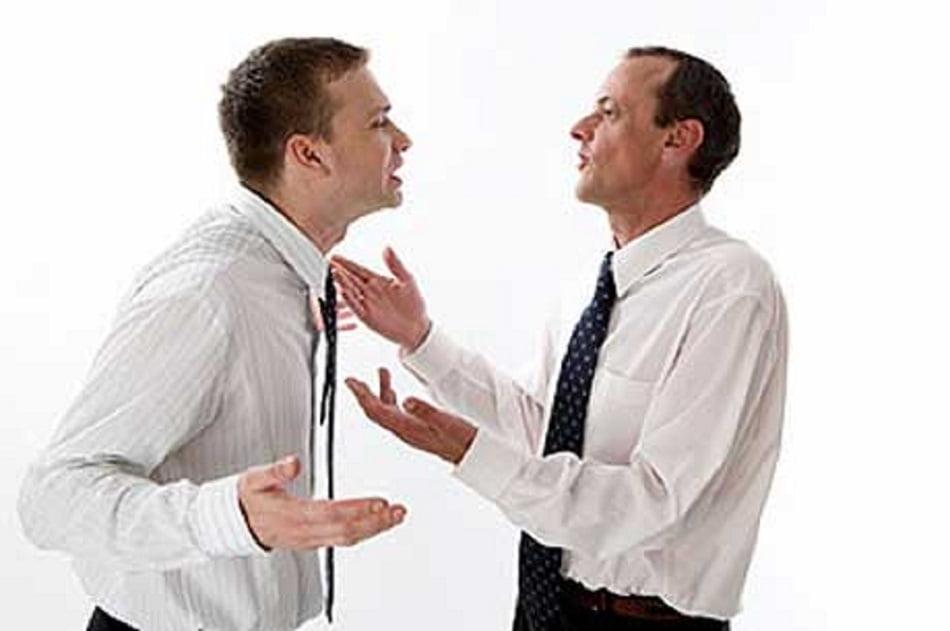 Говорение и слушание – это части общения. Грамотное слушание по своей природе рефлексивно, оно включает в себя грамотное общение. В процессе рефлексивного слушания человек уверен, что собеседник сопереживает и понимает о чём идёт речь. Базовой и самой простой техникой рефлексивного слушания является эхо-техника. Она включает в себя повторение без изменения произнесённых собеседником фраз и слов.