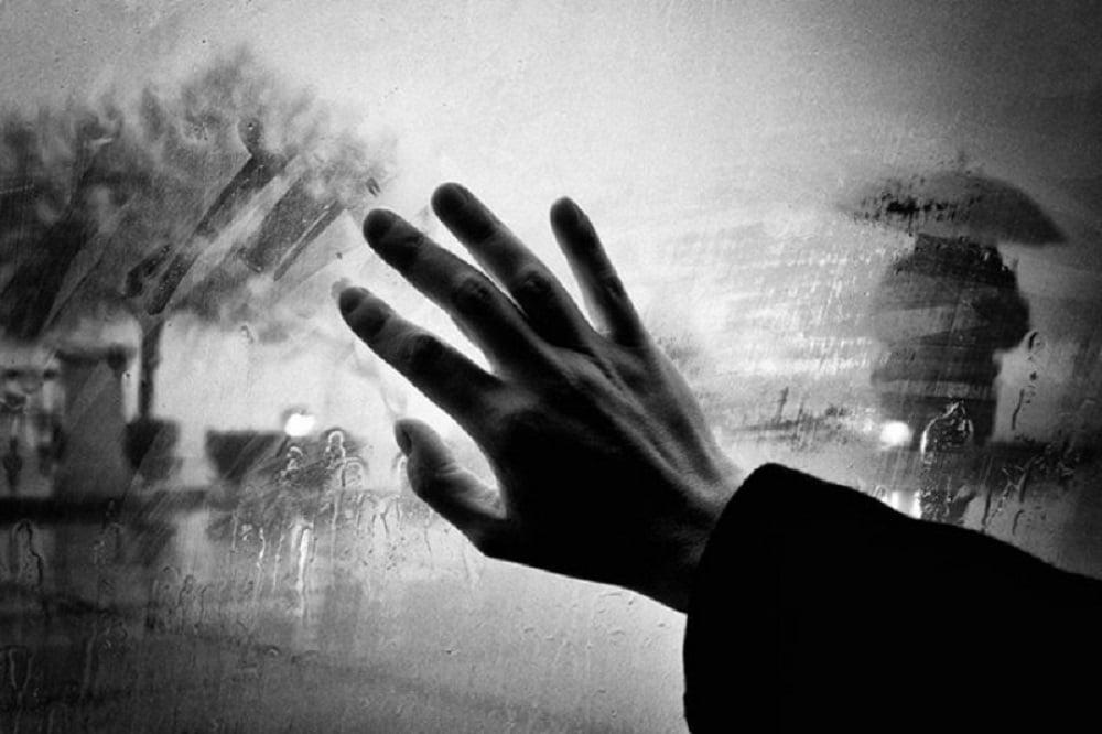 Любовь прекрасное чувство, но к сожалению не вечное, да и что делать, если жизненные реалии сильнее эмоциональной привязанности, а расставание неизбежно? Ситуации, в которых приходиться делать выбор и принимать трудное решение о расставании не редкость, поэтому довольно часто людям приходиться выбирать между любовью, привязанностью, привычкой и ещё чем-то наиболее приоритетным и важным.