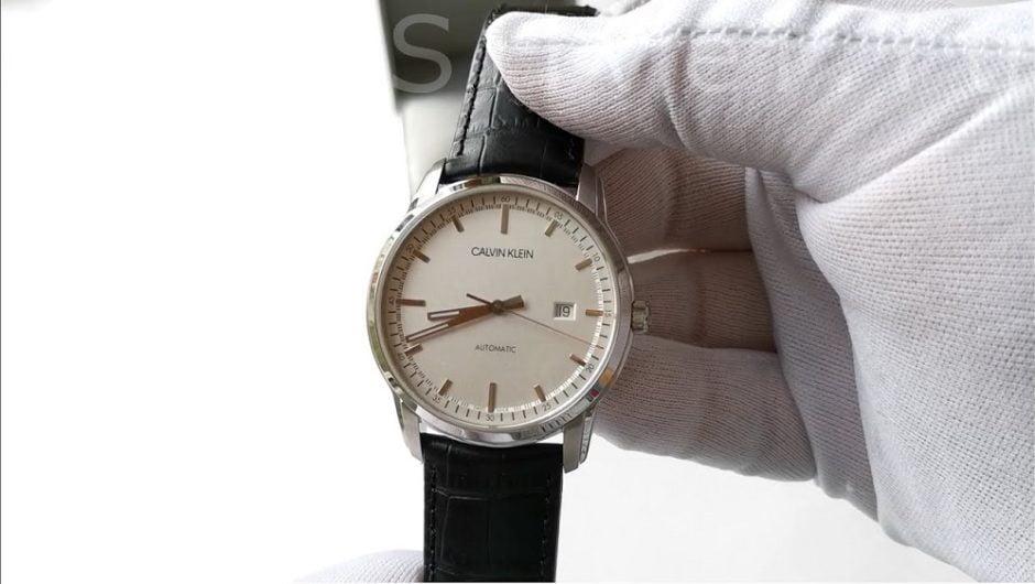 История бренда Calvin Klein берет свое начало с 1968. Изначально этот бренд был создан исключительно для изготовления мужской одежды. Со временем Calvin Klein начал производить модную женскую одежду, а в 1997 году в свет вышли первые модели наручных часов. Calvin Klein и сегодня занимается произведением наручных часов, но одной из сторон раскрученных брендов есть то, что им начинают подражать. Некоторые фирмы начинают производить точные копии – фейки, подделки и т.д. Сегодня речь будет идти о том, как отличить оригинал наручных часов марки Calvin Klein от подделки.