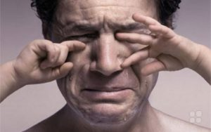 Под воздействием страха, у человека вырабатывается определенный стереотип поведения, который называется психологией жертвы. Разрушительное влияние страха в форме переживания сильных эмоциональных потрясений или психологических травм в детстве, оставляет неизгладимый отпечаток на человеческой психике.